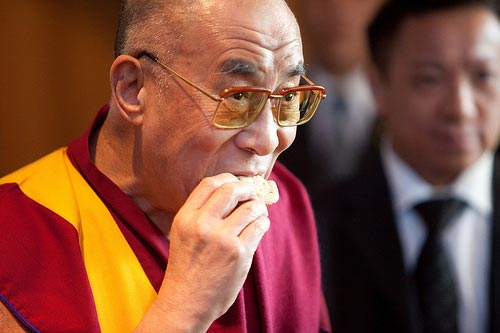 dalai-lama-eating